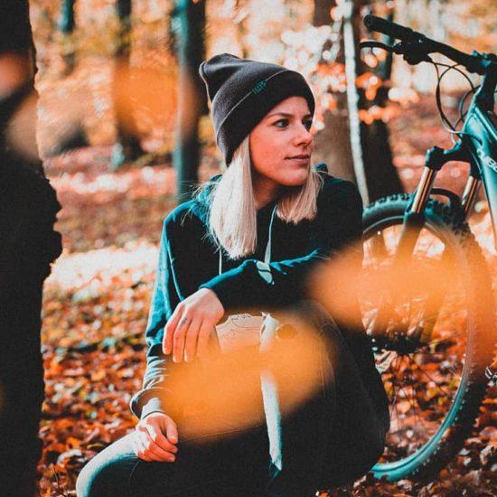 Bikerin im Wald