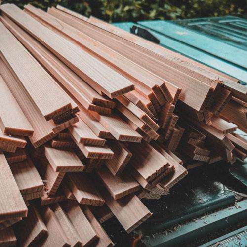 Holzleisten auf Säge